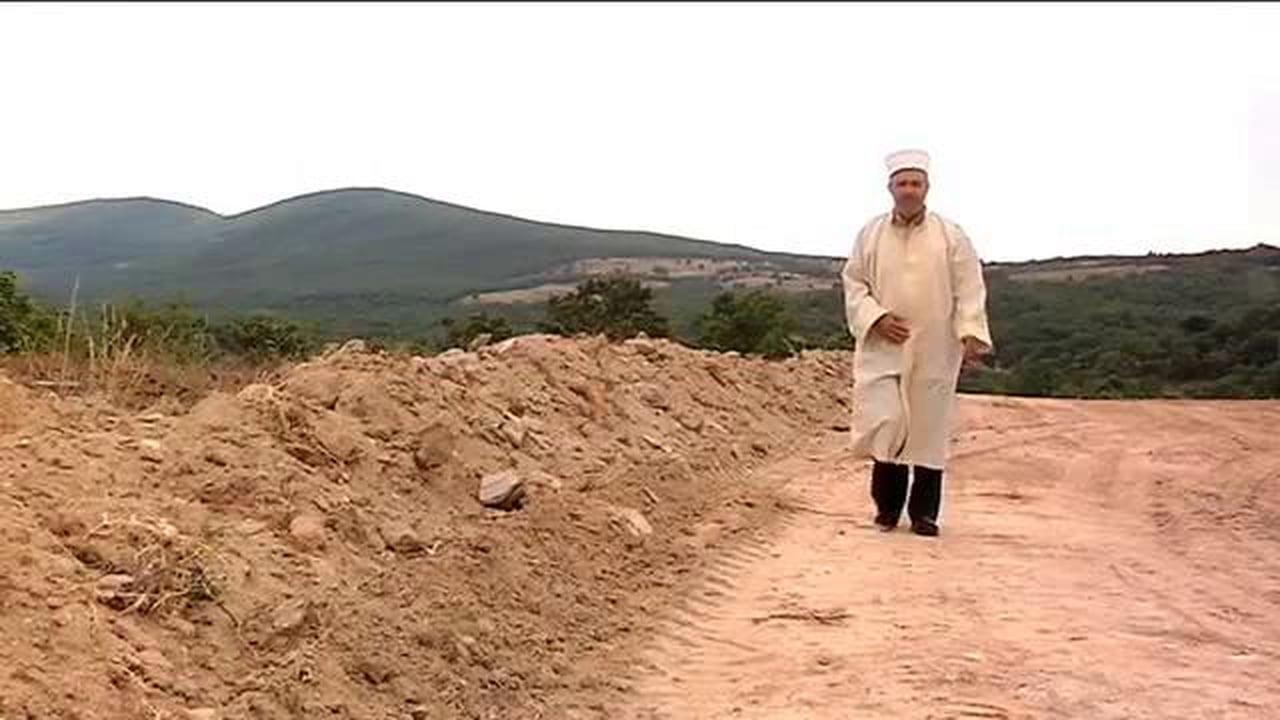 El Muftí Mehmet Damatouglou reza por quienes pierden la vida cruzando el rio Evros