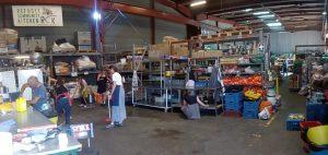 Vista de la cocina y almacén de L'Aubergue des Migrants