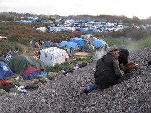 """Dos refugiados toman fotografías para el proyecto """"Bienvenidos a nuestra Jungla"""""""